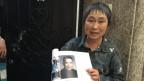 Die ehemalige Rotgardistin hält ein Foto des Mannes in den Händen, den sie aus dem Haus vertrieben hat.