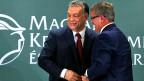 Ungarns Premier Viktor Orban mit Nationalbankdirektor Gyorgy Matolcsy. Weit her scheint es mit der Unabhängigkeit der ungarischen Nationalbank nicht zu sein. Sogar der Nationalbankdirektor selber leitet den Vorstand einer Stiftung leitet und entscheidet also über Investitionen und Unterstützungsbeiträge.