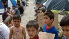 «Wir können uns mit den bisher erzielten Ergebnissen nicht zufriedengeben», liess sich EU-Migrationskommissar Dimitris Avramopoulos in Brüssel zitieren. Bild: Flüchtlingskinder in Idomeni im Norden Griechenlands.