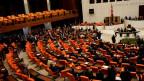 Im Parlamentssaal ist es zu heftigen Diskussionen gekommen.