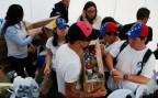 Freiwillige im Nachbarland Kolumbien sammeln Medikamente, die nach Venezuela geschickt werden.