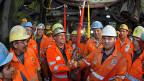 Mineur Hubert Baer mit einer Statue der Heiligen Barbara im Arm wartet am 15. Oktober 2010 mit Kollegen darauf, durch den Bohrkopf der Tunnelbohrmaschine «Sissi» zu steigen - nach dem Durchstich des Gotthardbasistunnels bei Faido