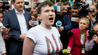 Nadija Sawtschenko schreit am Kiewer Flughafen ihre Freude heraus.