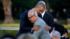 US-Präsident Barack Obama (links) umarmt den Überlebenden der Atombombe, Shigeaki Mori, im Hiroshima Peace Memorial Park in Hiroshima.