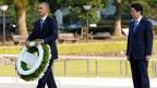 US-Präsident Barack Obama (links) legt am Mahnmal im Friedenspark in Hiroshima einen Kranz nieder; rechts im Bild Premierminister Shinzo Abe.