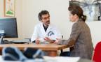 Ein Hausarzt erklärt einer Patientin die Behandlung mit einem Medikament (Symbolbild)