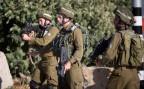 zwei israelische Soldaten bewachen einen Checkpoint im besetzten Westjordanland