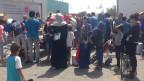 Rund 1500 Flüchtlinge, vor allem Syrer, Iraker und Afghanen,  in Piräus in Zelten oder in der Wartehalle E1.