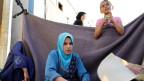 Syrische Frauen backen Brot im Flüchtlingslager in Sanliurfa, Türkei.