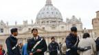 Viele italienische Staatsangestellte schwänzen die Arbeit. Carabinieri vor dem Petersdom in Rom.