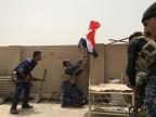 Irakische Truppen hissen die Flagge während der Kämpfe