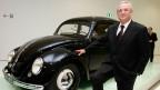 Martin Winterkorn, ehemaliger CEO von Volkswagen AG, posiert vor einem VW-Käfer Jahrgang 1950 bei der Einweihung des neuen Porschemuseum in Stuttgart. Archivbild.