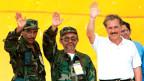 Kolumbiens Präsident Andres Pastrana (rechts) mit den Friedensvermittlern für die FARC-Rebellen, Raul Reyes (Mitte) und Joaquin Gomez.