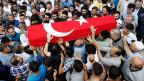 Die Strategie des IS scheint glasklar: «Wir befinden uns im Krieg mit der Türkei», heißt es in einem Mailaustausch zwischen einem syrischen und einem türkischen Terroristen. Bild: Beisetzung eines der Opfer des Attentats auf den Istanbuler Flughafen.