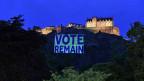 «Vote Remain» steht auf einem riesengrossen Transparent interhalb von Edingburg Castle.
