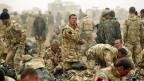 Angehörige eines britischen Fallschirmtruppenregiments machen sich im März 2003 für einen Einsatz im Süden Iraks bereit.Süden Iraks