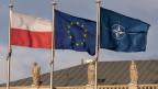 Die Flaggen von Polen, der EU und der Nato in Warschau (von links).