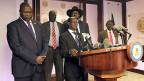 Südsudan: Was ist die Steigerung von Hoffungslosigkeit? Pressekonferenz der sudanesischen Regierung am 8. Juli in der Hauptstadt Juba. der erste Vizepräsident Riek Machar , links, Präsident Salva Kir, rechts, und der zweite Vizepräsident James Wani Igga, Mitte.