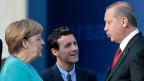 Präsident Erdogan betreibt ganz offen Innenpolitik in Deutschland: Als Reaktion auf Armenien-Resolution des Bundestag Ende Mai ist eine deutschlandweite deutsch-türkische Partei gegründet worden. Bild: Angela Merkel und Recep Tayyip Erdogan am Rande des NATO-Gipfels in Warschau.
