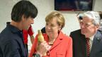 Fussball und Politik werden in Deutschland leidenschaftlich gerne bemüht. Das Schöne ist: Sie können stimmen, müssen aber nicht. Bild: Jogi Löw, Trainer der deutschen Fussball-Nationalmannschaft spricht am 13. Juli 2014 mit Bundeskanzlerin Angela Merkel und Bundespräsident Joachim Gauck.