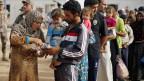 Syrische Flüchtlinge warten an der jordanischen Grenze.