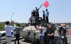 türkische Bürger schwenken eine Landesfahne auf einem Panzer der türkischen Armee