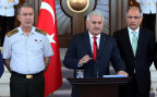 der türkische Ministerpräsident Yildirim, umrahmt von Generalstabschef Akar und Innenminister Ala
