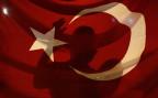 Ein Anhänger von Präsident Erdogan hinter einer Landesfahne