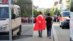 Die Ereignisse in der Türkei beschäfigen türkische Staatsbürger in der Schweiz – und die Polarisierung nimmt zu. Vor der türkischen Botschaft in Bern demonstrierten am Samstag etwa 200 Türken für Präsident Erdogan.