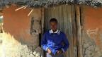 Aids frisst in vielen Ländern Afrikas das vielgepriesene Wachstum. Aids verschärft das Elend und zerstört oft die Gesellschaft. Simbabwe hat die fünfthöchste Infektionsrate Afrikas. Bild: Die 15-jährige Zanele vor ihrem Haus.
