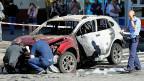 Als der Journalist Pawel Scheremet am Mittwoch mit dem Auto losfuhr, detonnierte eine Bombe. Bild: Zerstörtes Auto im Zentrum von Kiew.