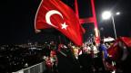 Erdogan-Anhänger demonstrieren auf der Bosporus-Brücke