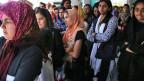 Flüchtlingsfrauen stehen Schlange um im Sportstadion von Athen das Ende des Fastenmonats Ramadan zu feiern. Archivaufnahme vom 6. Juli 2016.