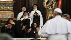 Italienische Nonnen feiern in Neapel den Besuch des Papstes.
