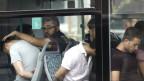 Soldaten in zivil werden nach dem Putschversuch in einem Bus weggebracht.
