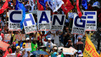 Sechs Plakate nebeneinander gehalten bilden an einer Kundgebung das Wort «Change», das hat der philippinische Präsident im Wahlkampf versprochen.