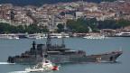 Erdogans Suche nach Nähe. Aussenpolitisch sucht Erdogan die Nähe zu Putin. Bild: Die «Minsk», ein Schiff der russischen Flotte, wird von der türkischen Küstenwachen durch den Bosporus geleitet.
