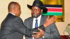 Südsudans Präsident Slava Kir umarmt seinen neuen Vizepräsidenten Taben Deng Gai.