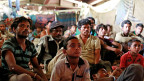 Die Organisation «Planet Read» hat hunderte Bollywood- Filme in Hindi untertitelt, der Sprache die in Dörfern wie Kothari gesprochen wird. «Same Language Subtitling», heisst das Verfahren, bei dem unten am Bildschirmrand das gesprochene Wort grün aufleuchtet, ähnlich wie beim Karaoke.