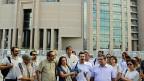 Dürfen die noch Zugelassenen Medienschaffenden nun nur noch Loblieder auf Erdogan singen oder gibt es zwischen den Zeilen noch Kritik? Bild: Eine Gruppe Journalisten und Journalistinnen hat sich am 27. Juli vor einem Medienhaus versammelt – zur Solidaritätsbekundung mit entlassenen Kollegen.