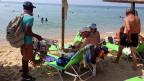 «Viele sind nach Deutschland gegangen, sie finden auch dort keine Arbeit. Sie erhalten zwar 300 Euro vom Staat, aber das Geld reicht kaum für das Essen. Also, was soll ich dort? Ich möchte hier Papiere bekommen, ich will nicht ständig das Land wechseln», sagt Strandverkäufer Hasan aus Bangladesh am Strand von Nea Plagia in Chalkidiki.
