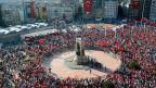 Für die Gezi-Aktivisten in der Türkei wird die Demokratie zur blassen Erinnerung. Bild: Anhänger verschiedener politischer Parteien auf dem Taksim-Platz in Istanbul.
