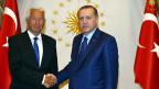 Polemik. Der Ton zwischen der EU und der Türkei verschärft sich: Der Generalsekretär des Europarats, Thorbjörn Jagland, und der türkische Präsident, Recep Taiyyp Erdogan, beim Händedruck in Ankara.