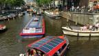 Die vielen Grachten sind das Wahrzeichen der Stadt Amsterdam. Auf der Prinsengracht herrscht im Sommer reger Verkehr.
