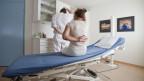 Viele Schweizer Arbeitnehmende haben Rückenprobleme und bleiben der Arbeit fern.