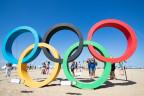 Die Olympischen Ringe aufgestellt am Strand von Rio de Janeiro..