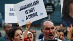Menschen demonstrieren in Istanbul für die Pressefreiheit.