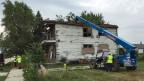 Ein baufälliges Haus, wird von Arbeitern der Organisation «Reclaim Detroit» zerlegt.