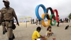 Polizisten und Kinder an der Copacabana in Rio de Janeiro während den olympischen Spielen.