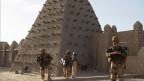 Französische Soldaten und UN-Friedenstruppen patroullieren vor der Sankore Moschee in Timbuktu.